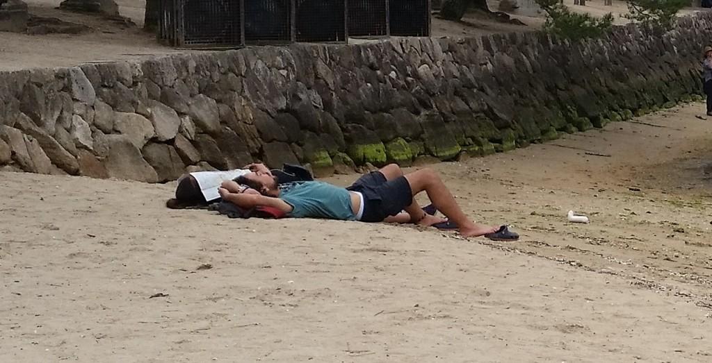 宮島で昼寝