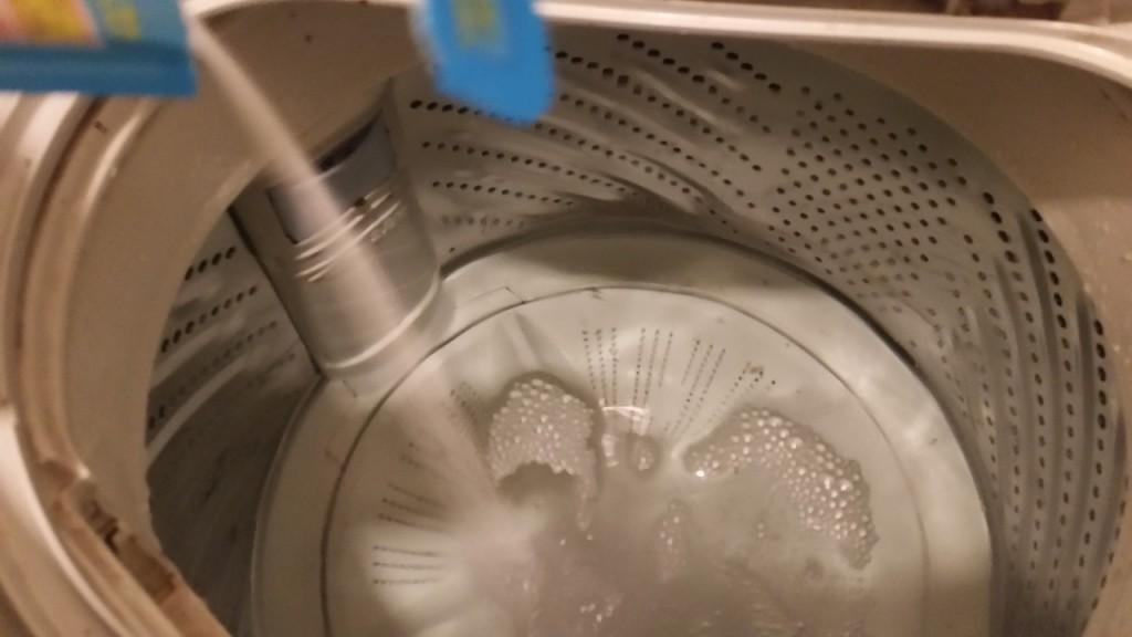 水がいっぱいまで溜まったら洗濯槽クリーナーを入れます