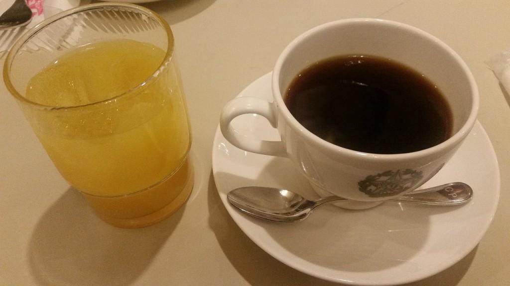 カフェモーニングでコーヒーとオレンジジュース