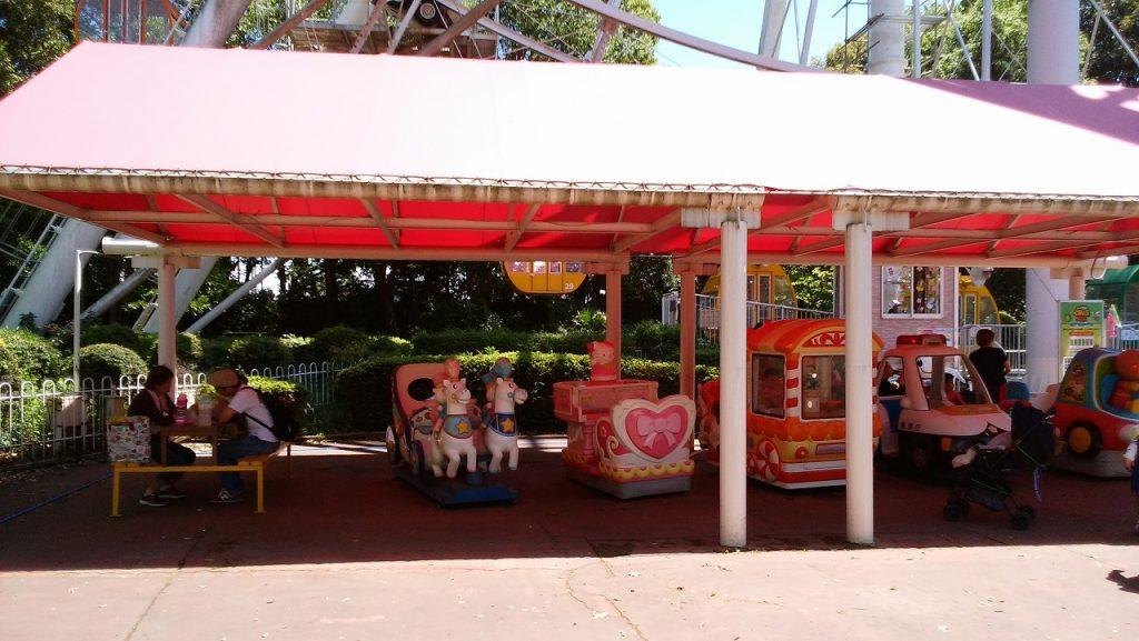 もりのゆうえんちの日陰で休める休憩所