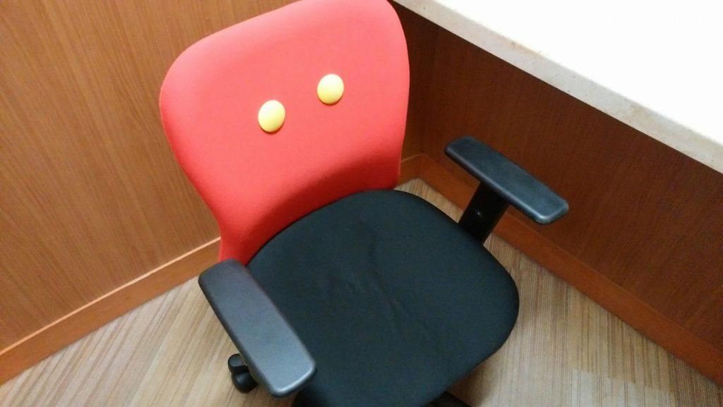 ディズニーリゾートの年パスを作る個室の椅子