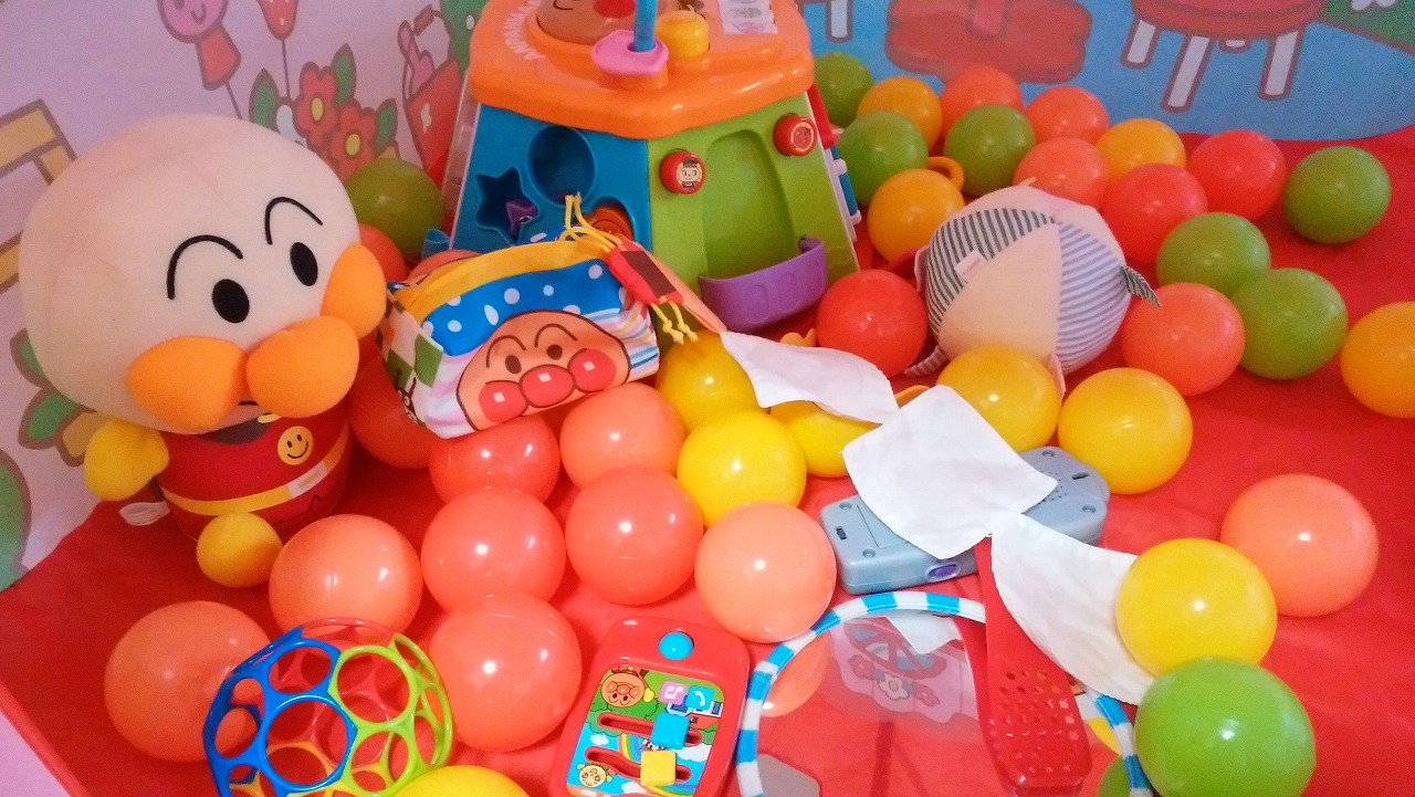 ボールプールハウスにおもちゃを全部入れてみた