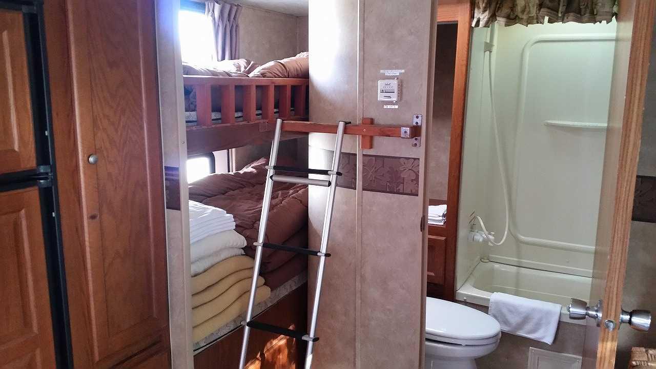 初島アイランドリゾートのトレーナーハウス内の2段ベッド