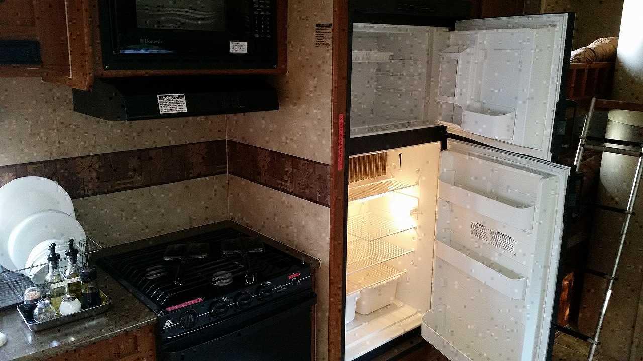 トレーナーハウス内の冷蔵庫とコンロ