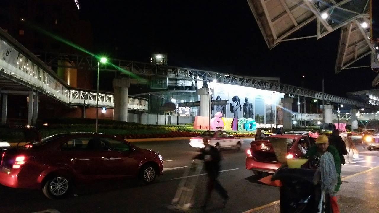 メキシコシティ国際空港に到着