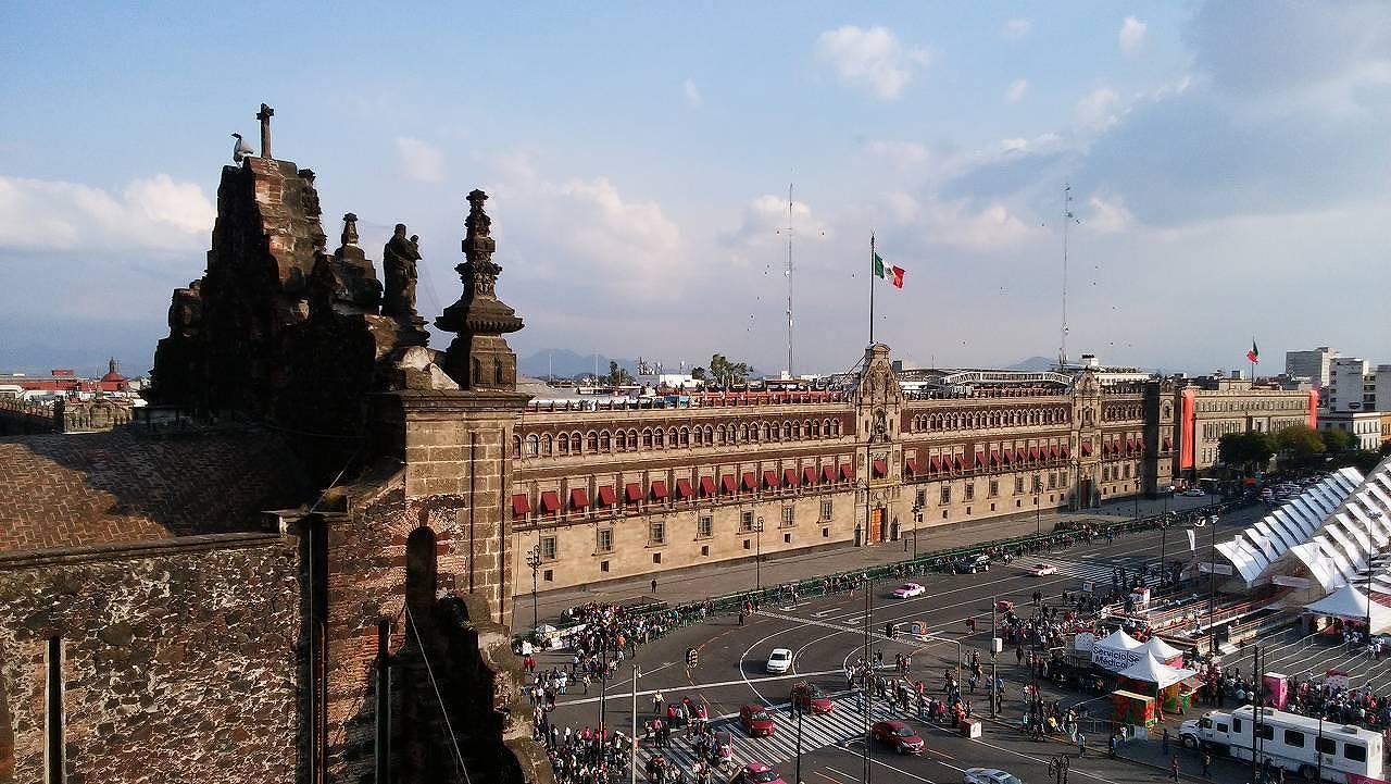 メキシコシティ・メトロポリタン大聖堂から見た国立宮殿