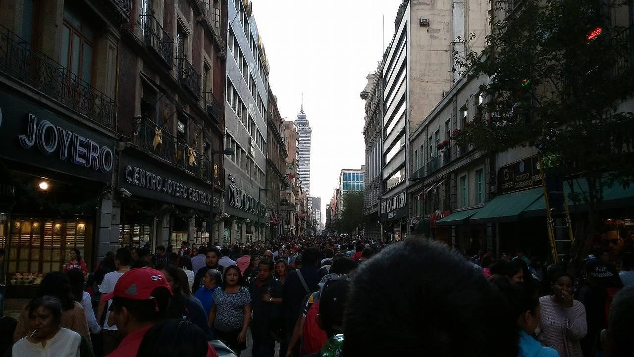 ソカロからラテンアメリカタワーへの道