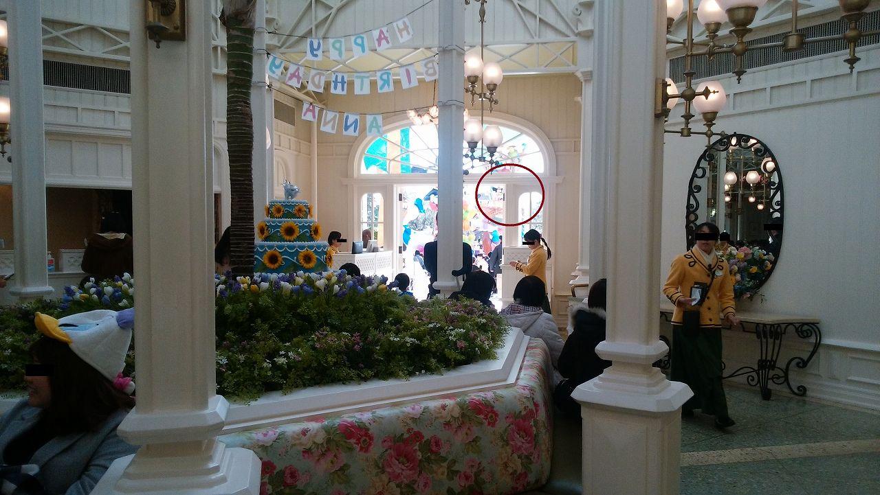クリスタルパレス店内から見えるディズニーパレード