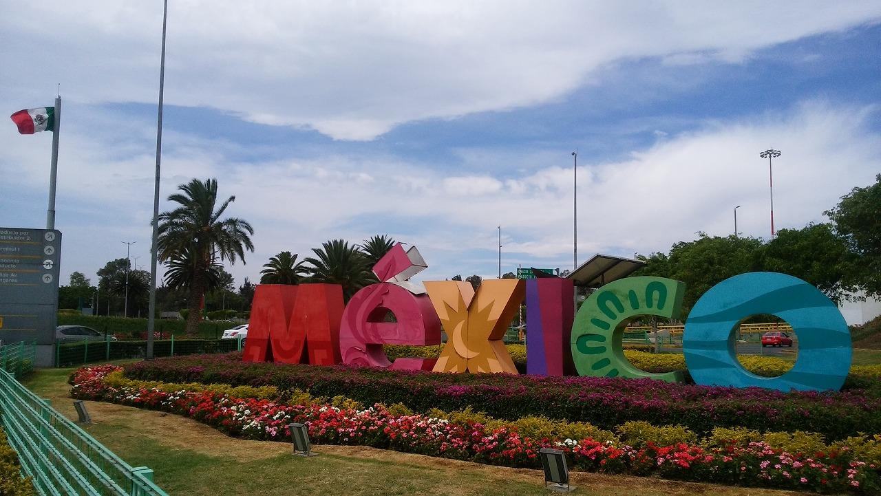 メキシコの国旗と看板