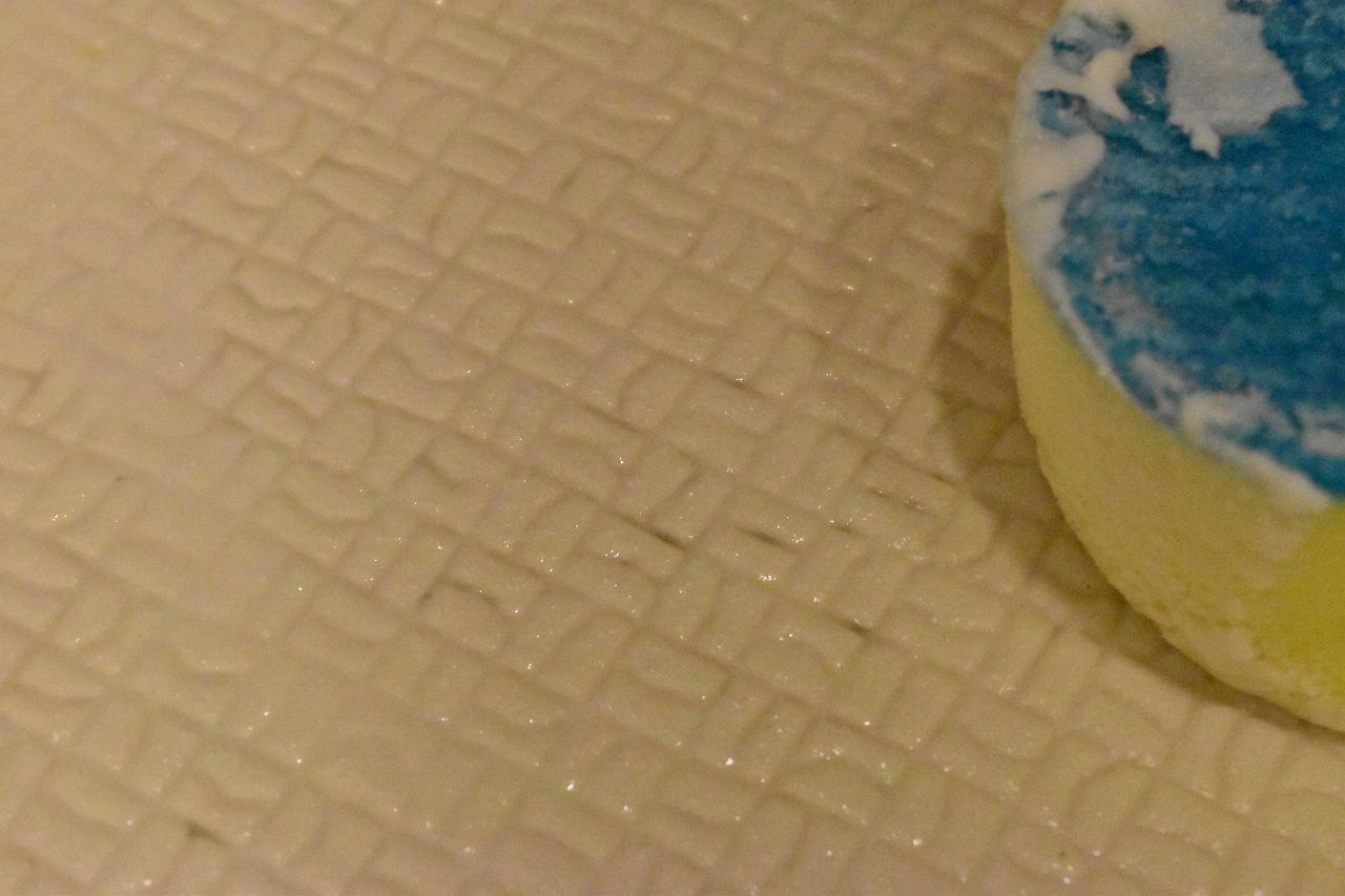 お風呂の床の赤カビには歯ブラシ