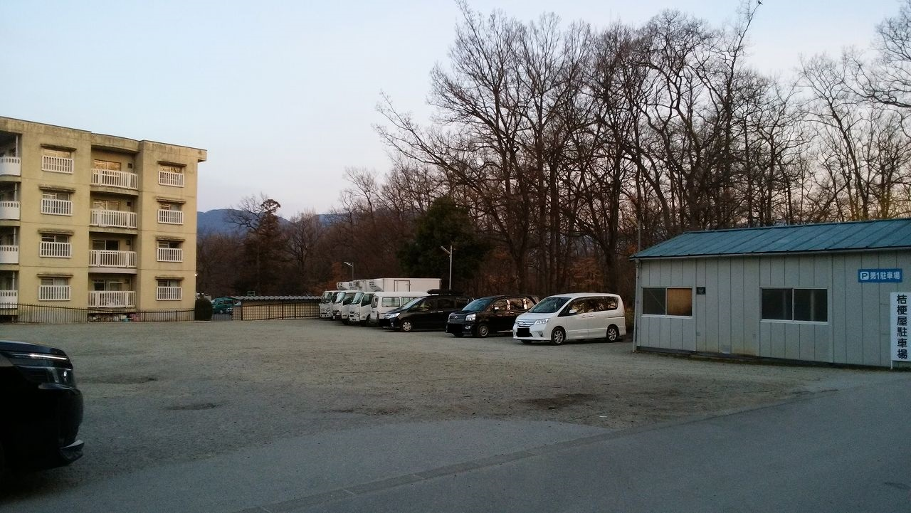 桔梗屋工場の早朝駐車場の場所1