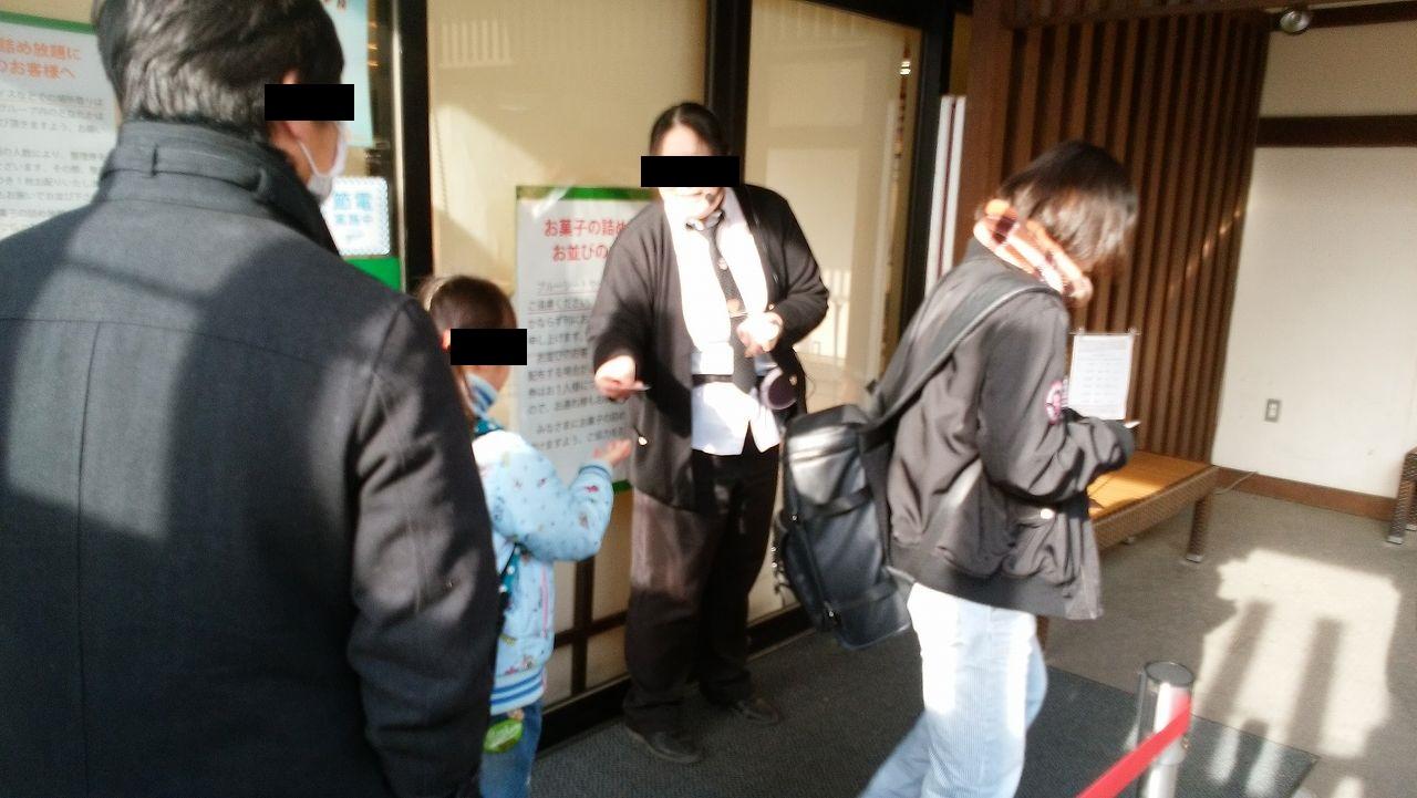 信玄餅詰め放題の整理券を配布する社員
