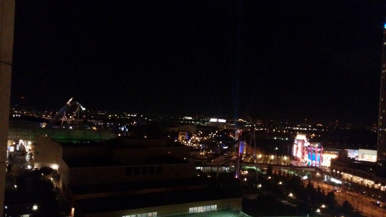 wakuwakuワンダールームから見える夜のUSJ