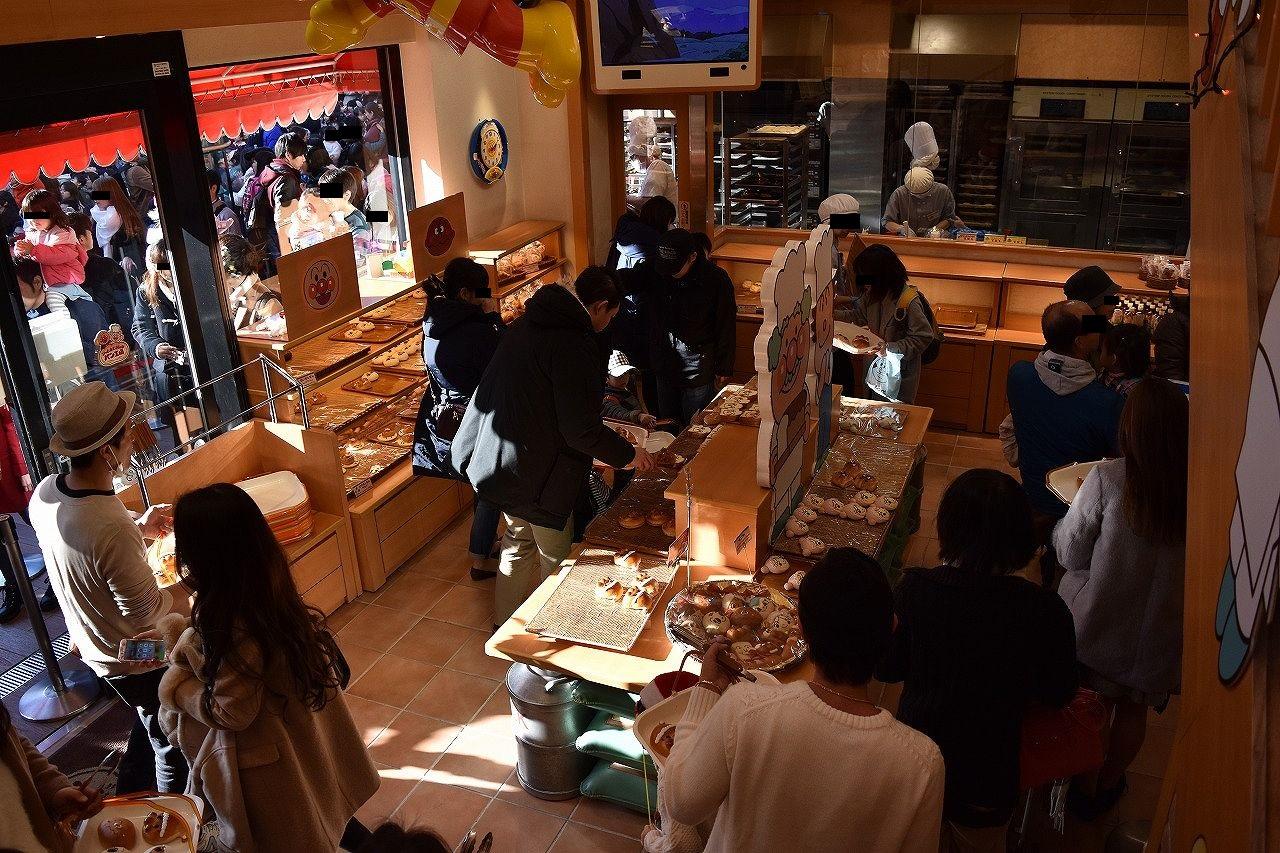 アンパンマンミュージアムのパン屋は混雑