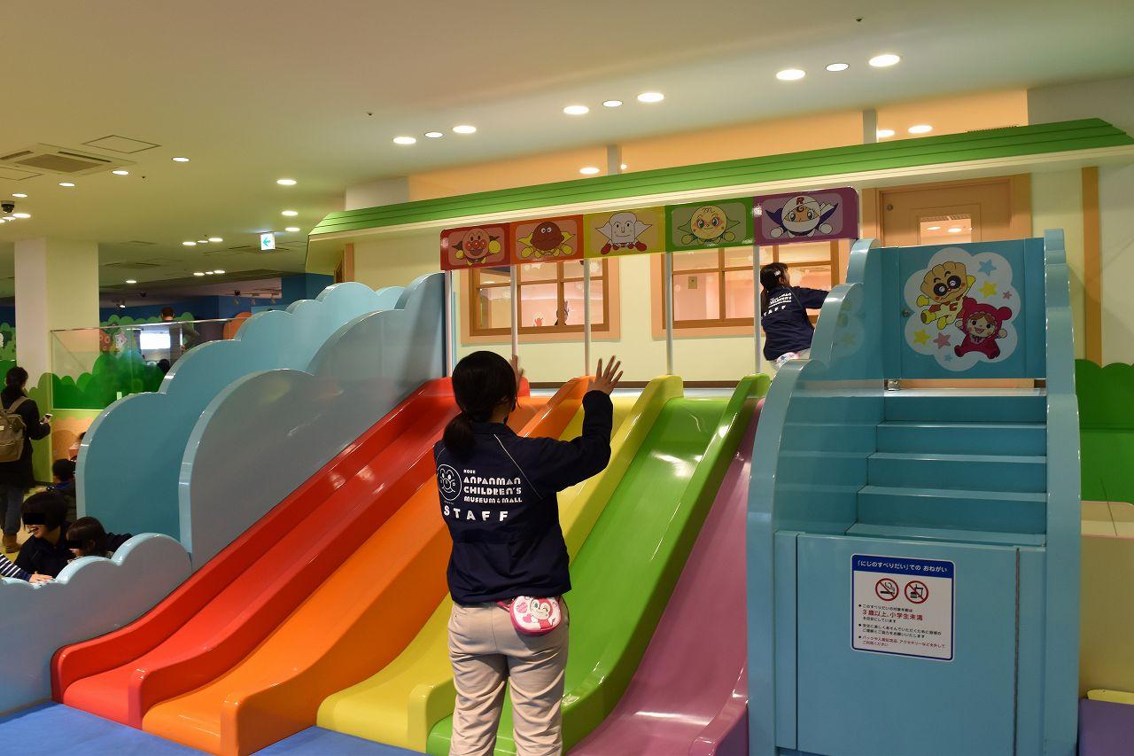 神戸ミュージアム内の滑り台1