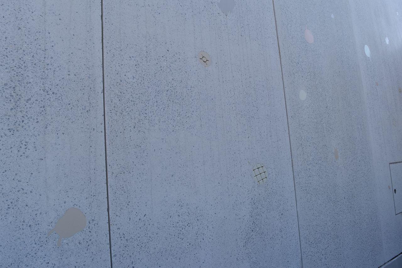 壁にはアンパンマンやキャラクター