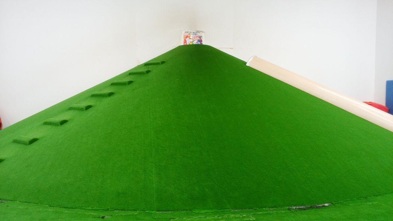 芝生のような滑り台