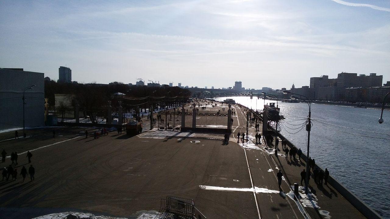 ゴーリキー公園入口のモスクワ川