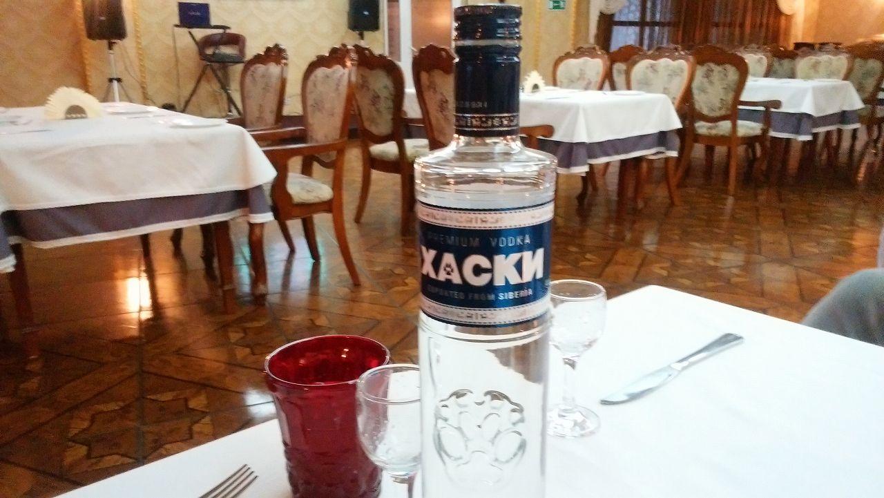 レストランでXACKNのウォッカ