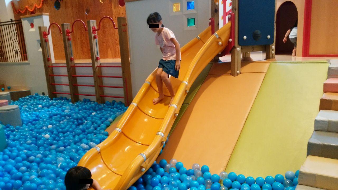 ボールプールと滑り台