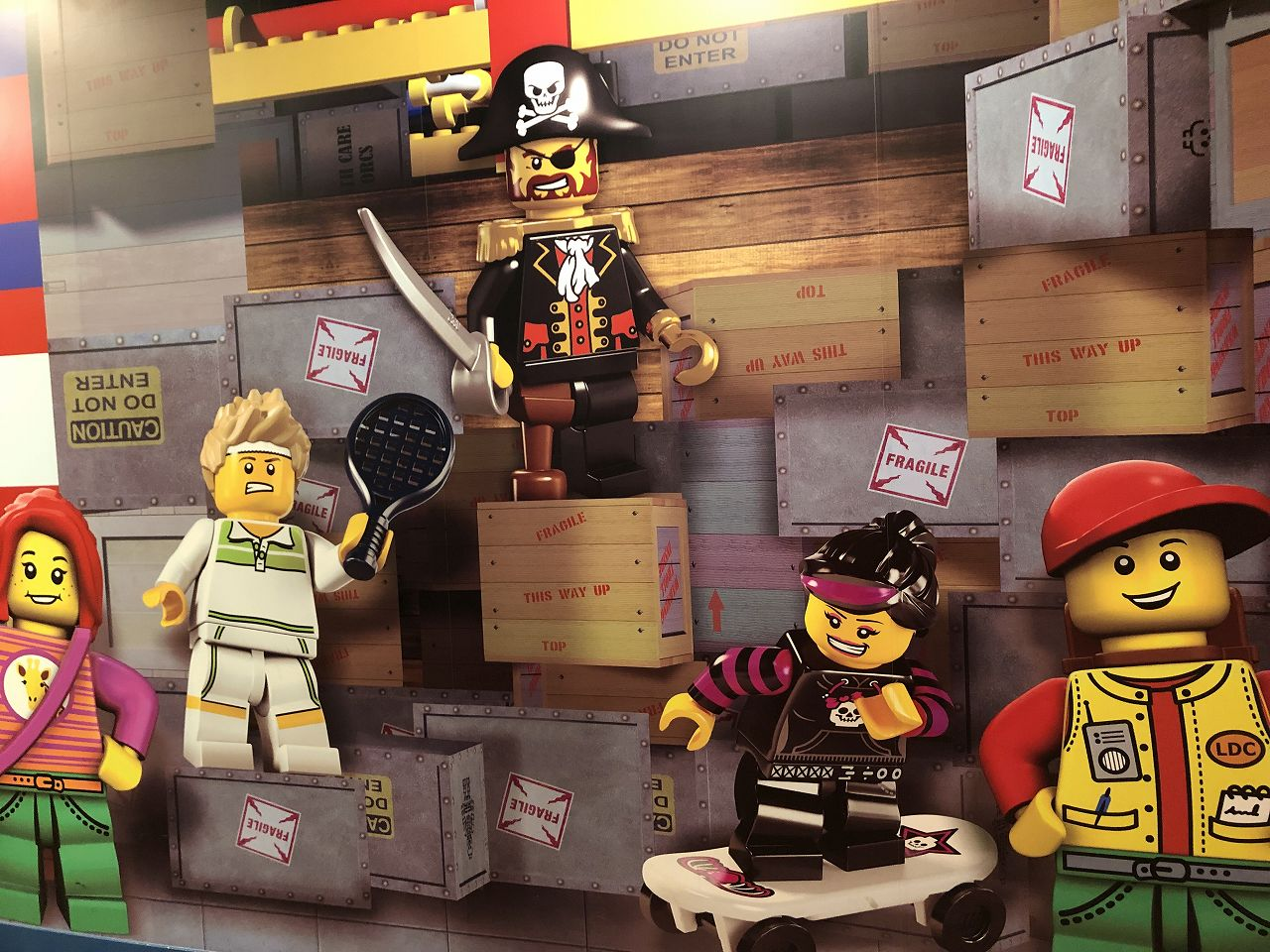 壁一面にレゴのイラスト