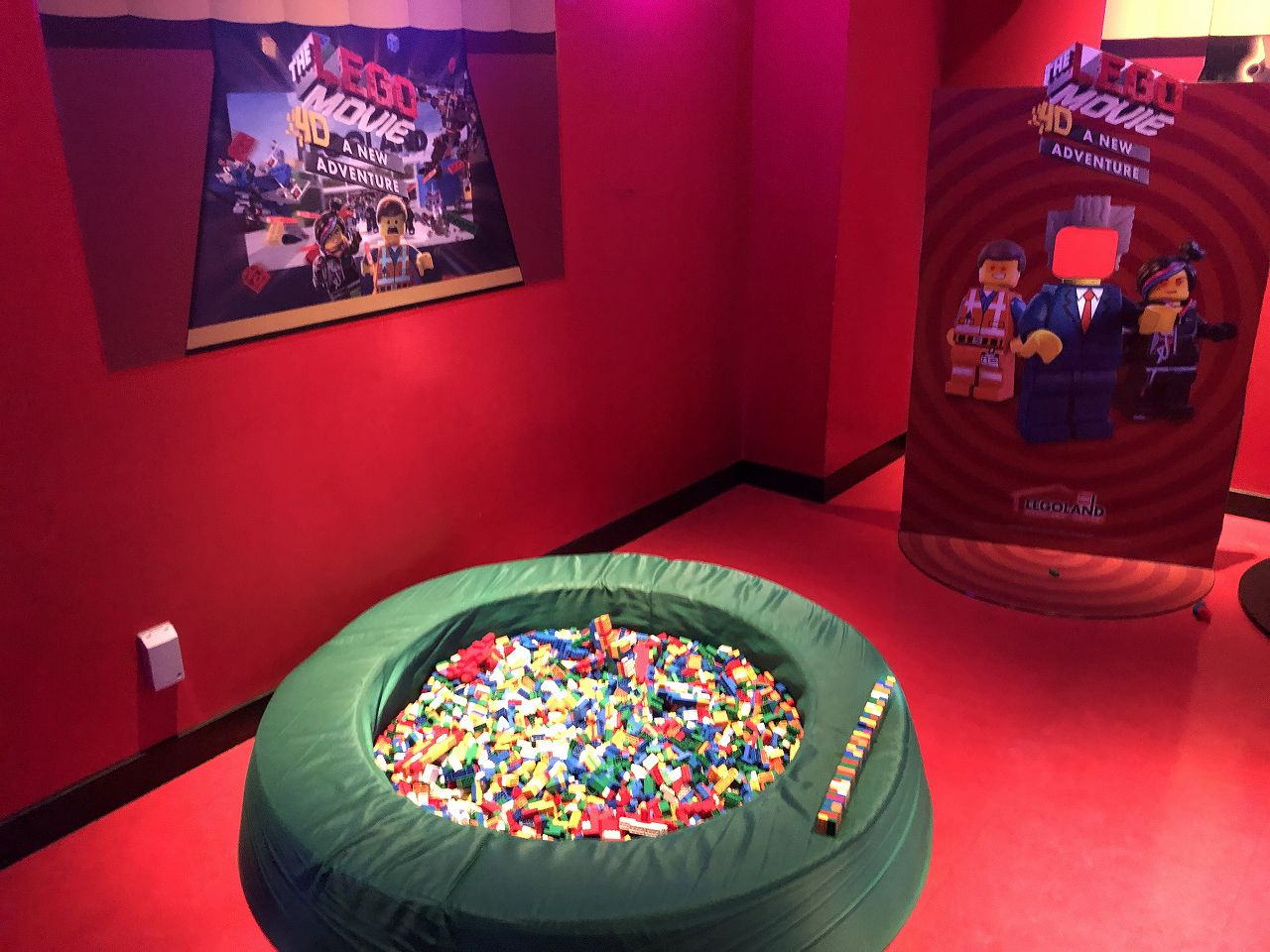 4Dシネマの待ち時間もレゴで遊べる
