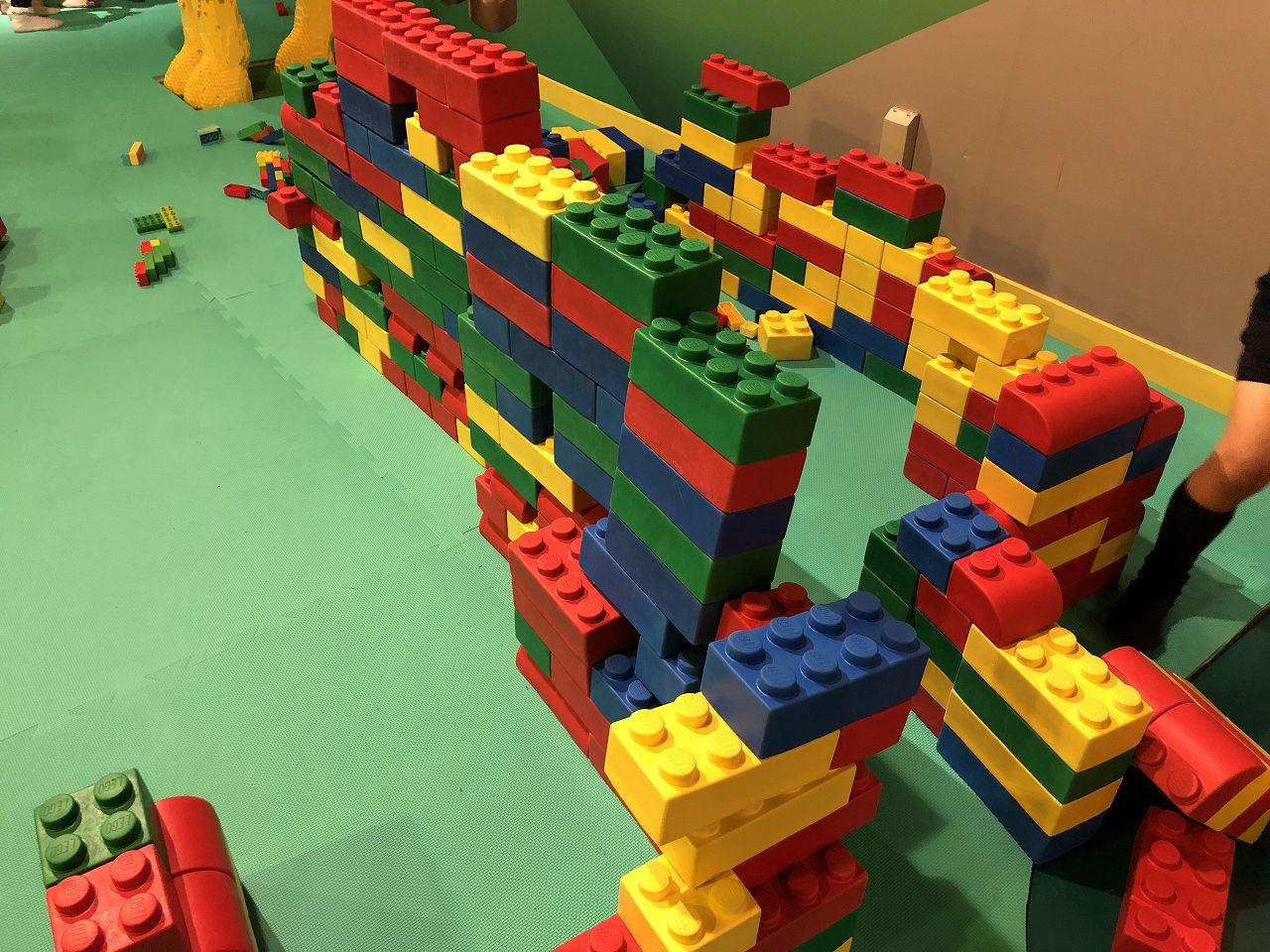 巨大レゴで遊べるエリア