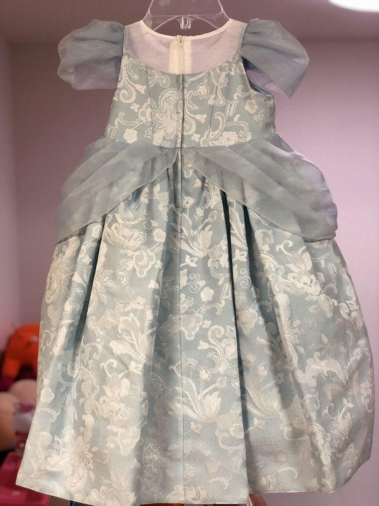 後ろから見たプリンセスドレスドレス